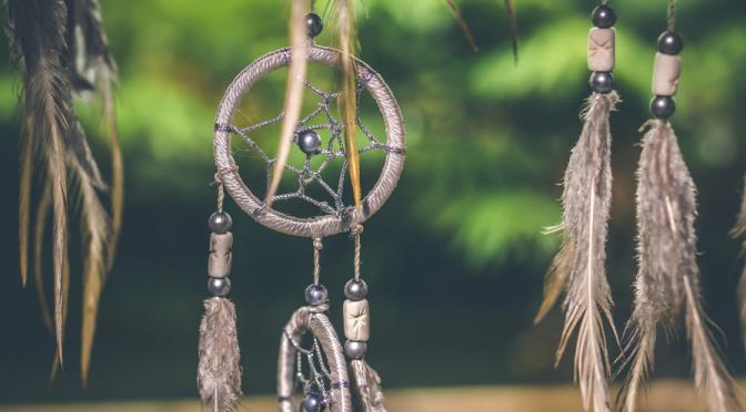 cargar amuletos y talismanes